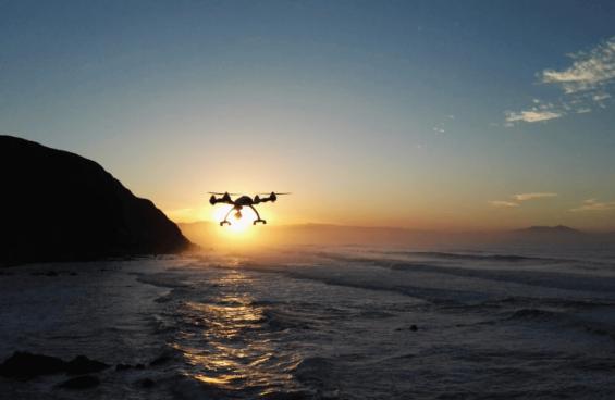 Dron volando por encima del mar